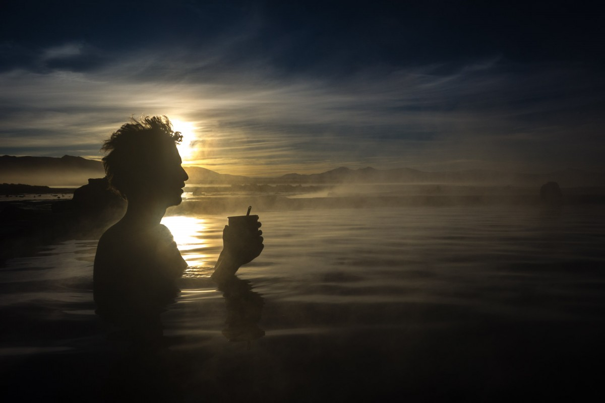 Lever de soleil dans des bains en plein air en Bolivie. Température de l'air: -18° !